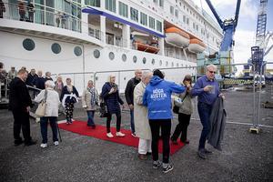 Ingen paradorkester, men väl en röd matta och en massa vindkraftstorn mötte M/S Birkas resenärer.