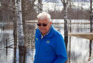 – En gång tidigare under de 50 år jag bott här har det varit så här mycket vatten. Ja, faktiskt mer, men jag minns inte vilket år det var, säger Sonne Dahlöf som bor i Norrby mellan Järbo och Kungsberg.