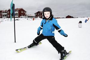 """Theodor Gislason, 6 år, från Uppsala spenderade sitt sportlov i Kungsbergets backar. """"Det bästa är att åka skidor"""", säger han."""