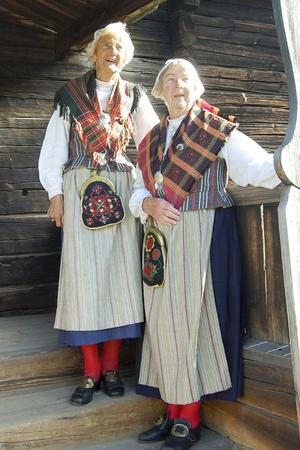 Kusinerna Rut Eriksson och Elly Moberg från Älvros vars morfar var byggmästare när Älvrosgården flyttades till Skansen  1913.