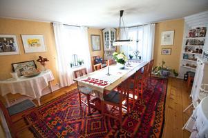 Matsalen har ljus från två håll - norr och väster. Till slut valde Henrikssons möbler från Sundborns snickeri, kopior av dem som finns i Lilla Hyttnäs.
