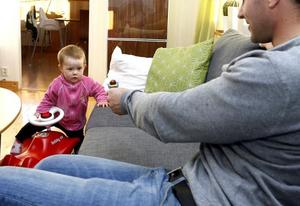 Föräldrar behöver inte gå på kurs eller nån aktivitet för att vara med sitt barn på ett bra sätt. Var med barnet hemma  i stället, tycker psykolog och psykoterapeut Gunilla Ohlström.