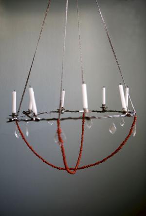 I stället för kristall. Tjock ståltråd, textilband, glasprismor och rönnbär. Takkronan är enkel att fixa på egen hand.