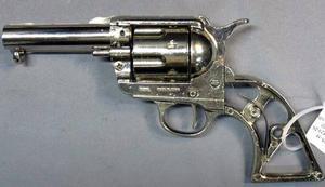 """Revolvern är en """"ombyggd replika"""" och är ett skjutvapen enligt vapenlagen. Innehav kräver därför tillstånd."""