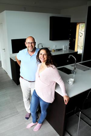 Dan Forsmark och Magdalena Freij i sitt specialbyggda kök från Kvänum.