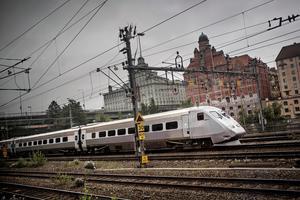 Tåg av modell SJ 2000 på väg mot Stockholms central norrifrån. Foto: Tor Johnsson / SvD / SCANPIX.