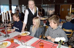 Rebecca Örnerfors från Hushagsgymnasiets restaurang- och livsmedelsprogram serverade eleverna på Tunets skola när det var Nobellunch.