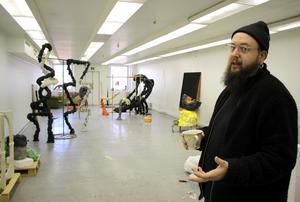 Dan Wid visar sin ateljé på Regattagatan där han flyttade in i april.