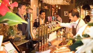 Kollegorna från Skandiamäklarna hängde i baren i väntan på ett ledigt bord.