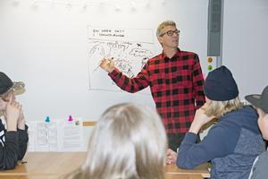 Johan Unenge berättar om livet som författare och serietecknare för Vasaskolans elever.