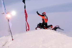 John Stenberg sträcker näven i luften efter segern i det tredje heatet av nordiska mästerskapen.