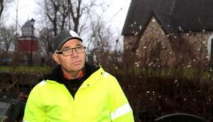 - Det här är så fruktansvärt ovärdigt, säger Kjell Johansson om hanteringen av gravstenarna.