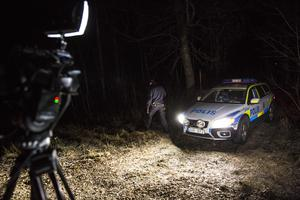 Polispatrullen som kom till platsen gjorde bedömningen att likdelarna kan ha legat på platsen minst ett år.