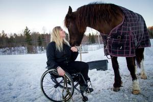 Matilda Persson tillsammans med kallblodshästen Linna som var den första som hon körde efter operationen.