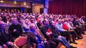 Fullsatt publik i väntan på att musiken ska dra igång.