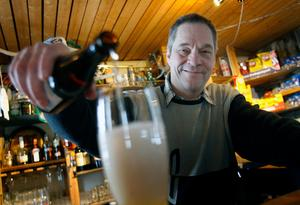 I restaurangen är Bo-Göran Lund allt från bartender till städare. – När det är som körigast är vi en handfull som jobbar här. Då får man vara beredd att göra allt.