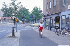 Bild 9: 1978.  Ledtråd: Gatan rakt fram på andra sidan korsningen är bara gång- och cykelbana i dag. Den leder fram till ett av stadens största hus. Fotograf: Okänd (Bildkälla: Örebro stadsarkiv)