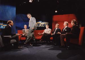 15 september 1991, Bengt Westerberg (Folkpartiet) lämnar TV-studion när Ian Wachtmeister och Bert Karlsson (båda Ny Demokrati) kommer in och sätter sig. Foto: Tomas Oneborg SCANPIX.