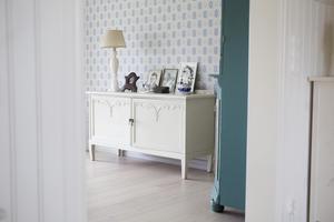 Skåpet är ett loppisfynd som harmoniserar fint med tapeten i vardagsrummet på nedervåningen.