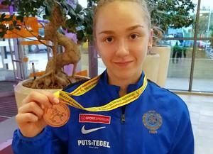 Ellen Östman med bronsmedaljen från tävlingen i Rumänien.                                                                                        Bild: Privat