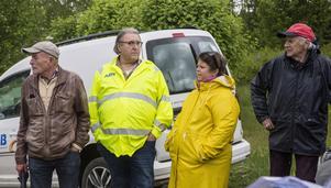 Vid synen i maj föreföll det stundtals råda spänd stämning mellan Håkan Lodin i gul väst och tomtägaren Sigvard Johansson i röd keps. På bilden ses också Lodins konsult Bror Wallin och kommunens dåvarande tillförordnade planeringschef Anna Lindberg.