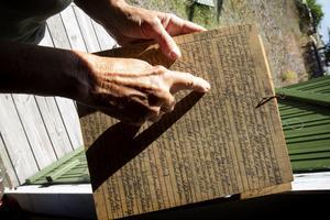 I boden kan man hitta dagboksanteckningar från olika år, men båda små och stora händelser nedtecknade. En nedtagen flaggstång för renovering, fiskehändelser eller en kort notering om att någon avlidit.