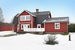 Fastigheten är på 16 915 kvm, vilket passar för häst eller eget område för fyrhjulingen. Foto: Patrik Persson/Svensk Fastighetsförmedling.