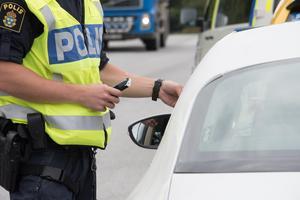 Polisen stoppade en man som misstänks för att ha kört bil samtidigt som mannen var påverkad.
