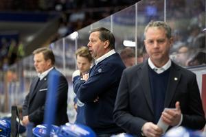 Thomas Johansson gick ner i båset när Leksand krisade i december den gångna säsongen. Kontrasten mot i dag är slående: numera är