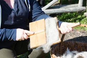 Ull kardas för att fibrerna ska rätta in sig åt samma håll, och för att få bort en del skräp.