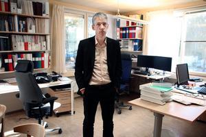 – Det finns inte underlag för att säga att den här metoden är tillförlitlig, säger Lars Rönnegård professor vid Högskolan Dalarna om åldersbedömningar baserade på undersökningar av knän.
