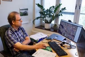 Jörgen Sundin, skogskonsulent på Skogsstyrelsen. Satellitbilden på hans skärm visar hur lite sammanhängande gammal skog som finns.