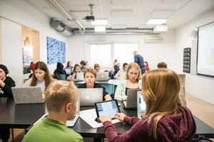 Fler vuxna i klassrummet ger arbetsro. När lärarna får mer hjälp med kringuppgifter bör kvalitén på undervisningen kunna bli ännu bättre och lärarens tid för varje elev ökar. FOTO: Alexander Olivera/TT