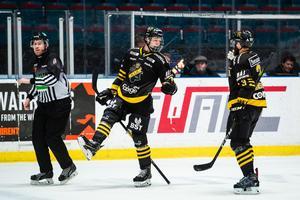 Philip Broberg jublar med Johan Larsson efter sitt första mål på seniornivå. Foto: Simon Hastegård / Bildbyrån