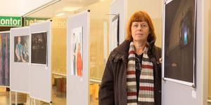 Inga Björk vid utställningen på Medborgarhuset i Sveg, en av fyra