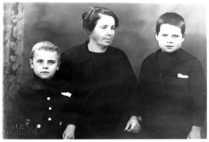 Lova Wennman, Stora Bergsgränd 5, som nybliven änka med sönerna John (till vänster) och Olle. Foton från Olle Wennman.