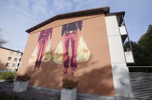 På Öster kan man gå på upptäcktsfärd mellan husen och se Rolfcarlwerners figurer på var och varannan fasad.