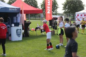 Vid det så kallade Fair Play Corner-tältet kunde man kan kasta boll och vinna priser.