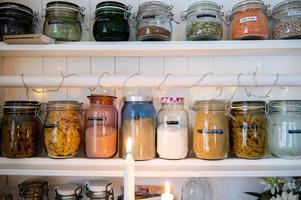 Köket har en känsla av lanthandel då köpmandisken är fylld med skafferiets alla burkar.