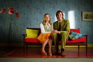 Natasha Little och Rhys Ifans spelar Nemos föräldrar.