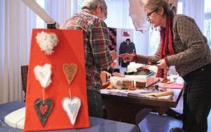 Hemslöjdskonsulenterna hade gjort några inspirationshjärtan. Ulla Berglund Brasch vägleder bland materialen. FOTO: EVA HÖGKVIST