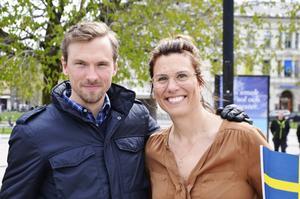 Johan Olsson högtidstalar på Nationaldagen. Här tillsammans med projektledaren Kate Almroth.