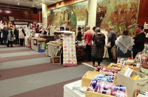 Förutom utställningar och årsmöte innebar helgen på Storsjöteatern att den kvlitintresserade kunde köpa material av de butiker som fanns representerade.
