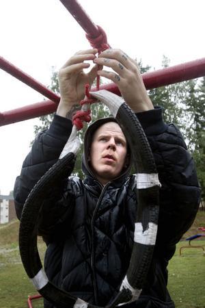 Mikael använder ett cykeldäck som Donna får bita tag i. Tidigare hade han ett rep med tygbit, men den slets ut.