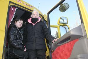 Angelica Gustafsson och Pernilla Augustsson vill gå tredje året på Trafikcenter. Får de inte det tänker de byta till John Norlander-gymnasiet för att få vara kvar. BILD: SAMUEL BORG