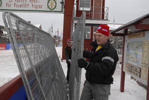 Rivning. Jan Fagerström och Tommy Larsson i full färd att montera ner några hundra meter stängsel.