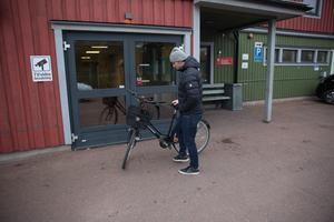 Johan Persson har bästa parkeringen runt hela Jalas arena för flickvännen Marielles cykel – precis utanför personalentrén.