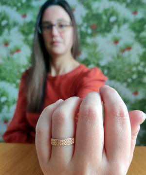 Maria Stenbäck-Edström med sin ring som försvann under en fisketur på Bodtjärn, i Bräcke kommun. Foto: Patrik Jonsson