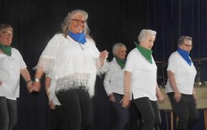 Medlemmarna i lindancegruppen visade danser under ledning av Eva Dillner. Foto: Kaj Eriksson