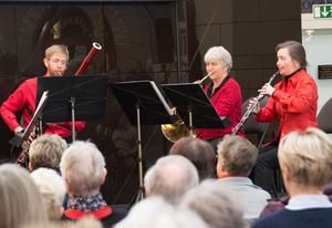Rödklädda julmusikanter: Andreas Lyeteg, fagott, Maria Granberg, horn och Eva Lauenstein, oboe.